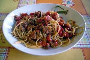 Spaghetti met tonijn en tomaten