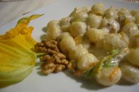 Gnocchi with mascarpone potatoes, zucchini flowers and nuts