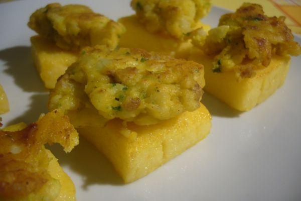 la coliflor frito en trocitos de pan de polenta