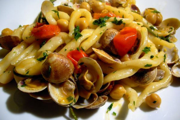 fresh pasta with clams and chickpeas