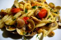 Strozzapreti: pasta with chickpeas and clams datterini