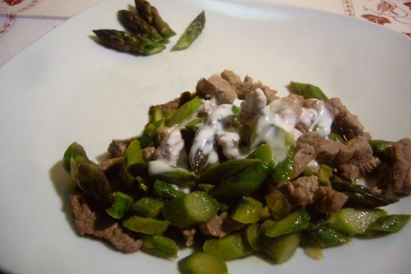 strips of beef with asparagus and yoghurt cream
