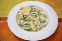 Fusilli with cream, zucchini and bacon
