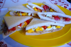 Sandwiches with tuna and tomatoes