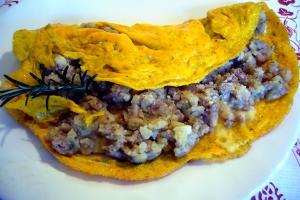 Omelet met aardappelen en worst