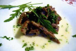 tiras de carne con vinagre balsámico y crema de parmesano
