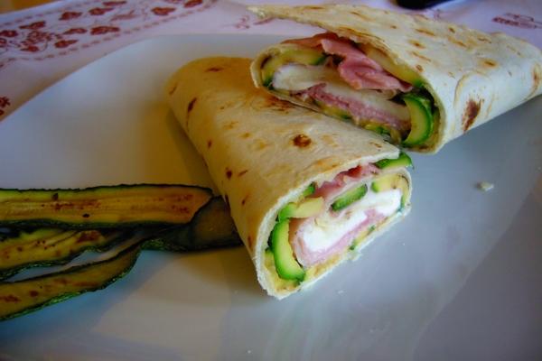 piadina (tipo Riccione) enrollado con jamón y mozzarella calabacín a la plancha