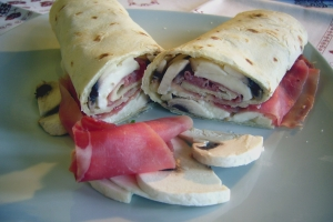 Piadina (kind Riccione) with ham, cheese and mushrooms