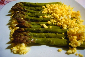 Asparagus with boiled eggs mimosa sauce